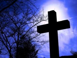 キリシタン墓地・十字架逆光2ブルー